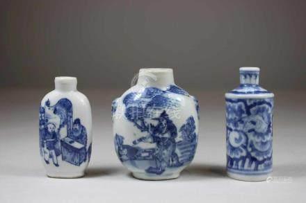 3 Snuff Bottles, China, Porzellan, blau-weiss staffiert, 1x Gelehrter und Pferd, mit Schmetterling-