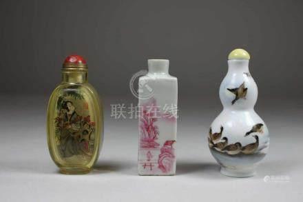 3 Snuff Bottles, China, 1x Glas mit Innenmalerei von Ding Er-Zhong, 1x Porzellan mit rot staffierter