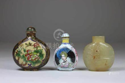 3 Snuff Bottles, 1x Email auf Kupfer mit europäischen Frauen, 1x Achat mit geschnitzten Figuren,