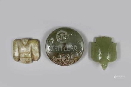 3 Alte Jade-Schnitzerein, China, 1x Bi mit doppelseitigem Relief Chi-Long-Muster, D.: 5,3 cm, 2x