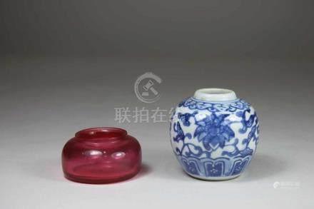 2 Kleine Gefäß/ Pinselwäscher, China, 1x Porzellan blau-weiss, 1x Pinkglas mit geritzter 4-Zeichen-
