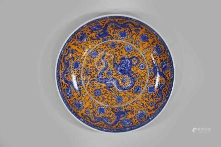 Großer Teller, China 20. Jh., blau-weißer Drachendekor im Spiegel mit orangener Staffierung, blaue