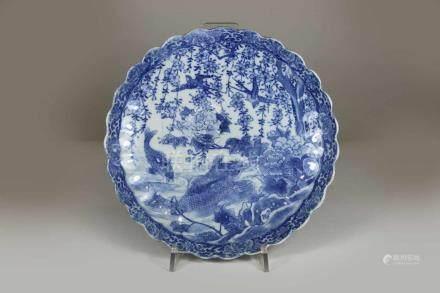 Teller, China 19. Jh., Rocailleform, Naturszene im Spiegel, blau-weiß, Brandfehler mittig,