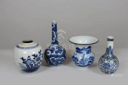 Konvolut, vier Vasen, China 20. Jh., blau-weißer Dekor, verschiedene Formen u. Motive, H.: