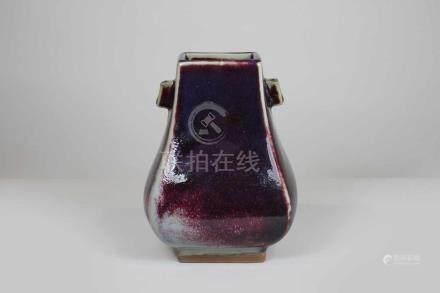 Vase mit Handhaben, Keramik purpur-blau glasiert auf beigem Grund, H.: 17,5 cm.