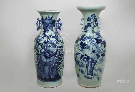 Zwei Bodenvasen, China 20. Jh., blau-weißer Kranich- und Blumendekor, jeweils mit paar Handhaben,