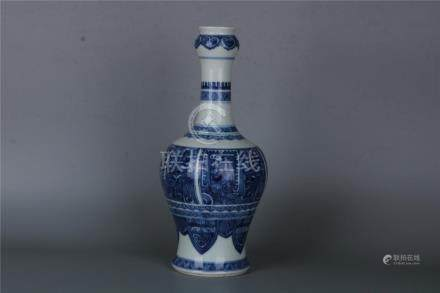 A FINE CHINESE BLUE AND WHITE GARLIC- MOUTH VASE, KANGXI PER