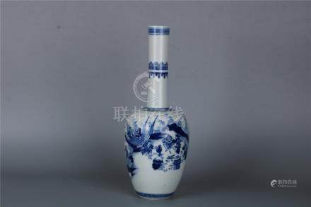 A CHINESE LONG NECKED BLUE AND WHITE BOTTLE VASE WITH KANGXI