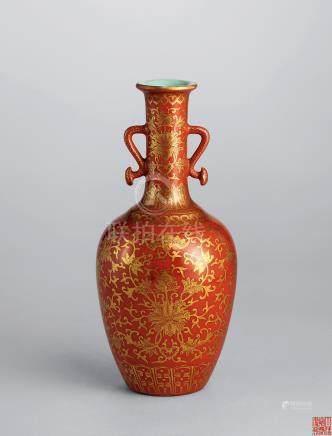 清嘉慶 珊瑚紅地描金纏枝蓮紋如意雙耳瓶