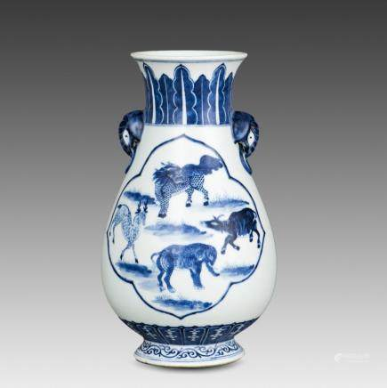 A CHINESE BLUE & WHITE PEAR-SHAPED VASE