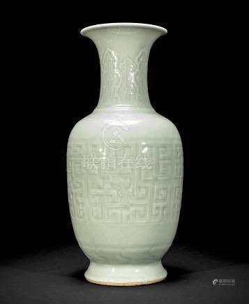 清 豆青釉螭龙纹大瓶