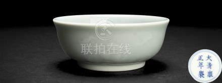 清雍正 豆青海蝠天寿圆杯