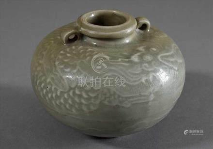 """Seladon Kugelvase mit Ringhenkeln und Schlicker Dekor """"Drachen"""", Sung Dynastie, H. 10cm, Risse an"""