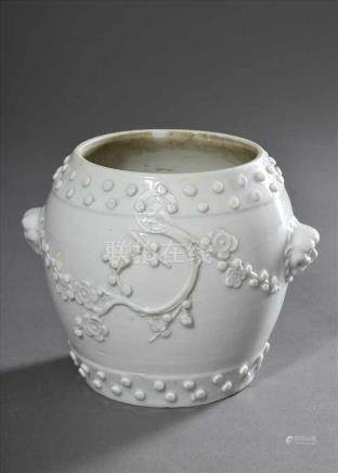 Kleines Blanc de Chine Töpfchen in Form einer chinesischen Trommel mit aufgelegten Ziernägeln und