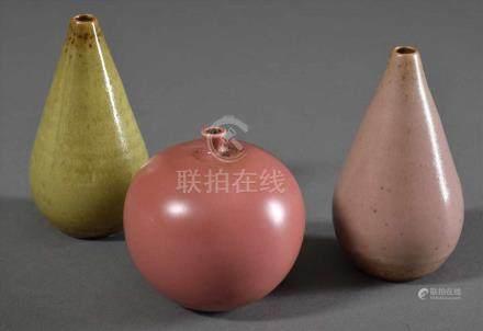 3 Diverse kugel- und kegelförmige Keramik Medizinflaschen mit farbigen Glasuren in rosé, pink und