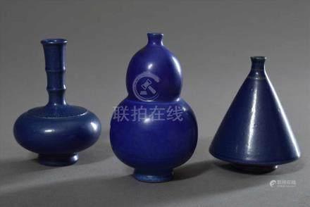 3 Diverse kürbis- und kegelförmige Keramik Medizinflaschen in blau, bauchig gedrückt mit