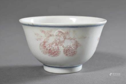 """Zartes Koppchen mit Unterglasurroter- und blauer Bemalung """"Lychees"""", Siegelmarke """"Qianlong"""", H. 4cm,"""