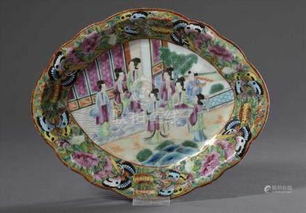 """Ovale Kanton Porzellan Schale mit Famille Rose Malerei """"Damen im Teehaus"""", 26,5x21,5cm, etwas"""