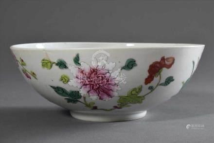 """Chinesische Kumme mit Famille Rose Dekor """"Blüten"""", rote Zeichenmarke """"Knoten"""", H. 7,5cm, Ø 19,5cm,"""