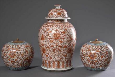 """3 Diverse chinesische Deckelvasen mit Eisenrot Malerei und """"Shou"""" Zeichen, 2 mit Holzdeckeln, wohl"""