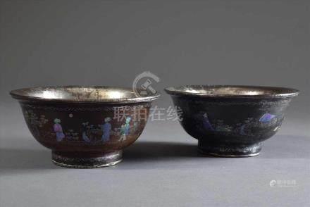 Paar chinesische Burgauté Lack Schalen mit Perlmutteinlagen, Innenseite und Boden versilbertes
