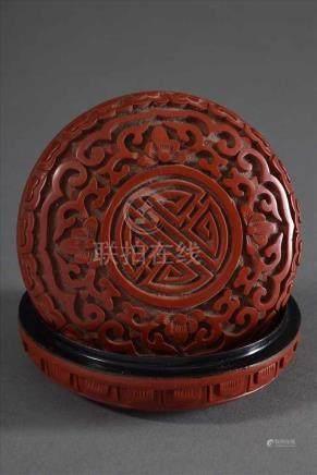 """Kleine chinesische runde Schnitzlackdose """"Shou-Zeichen und Ranken"""", Ø 7,5cmSmall Chinese round"""