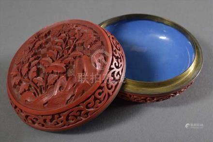 """Chinesische Schnitzlack Dose """"Chrysanthemen"""", Metallkern innen blau emailliert, um 1900/1920, Ø 8,"""