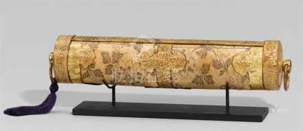 Behälter für eine Sutra-Rolle (kyôzutsu). Bambus, Kupfer, vergoldet, und Brokat. Edo-