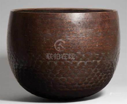 Großer Gong. Bronze. Edo-ZeitBauchige Form, gehämmert, im unteren Teil mit großem, flachem