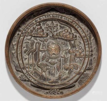 Spiegel. Bronze. 19. Jh.Hoher, vertikaler Rand. Um den zentralen Knauf in Form einer Schildkröte