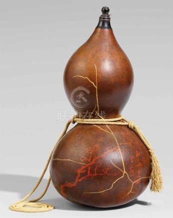 Sake-Flasche (tokkuri). Doppelkürbis. Um 1900Auf der Wandung in Rotlack ein Pflaumenblütenzweig