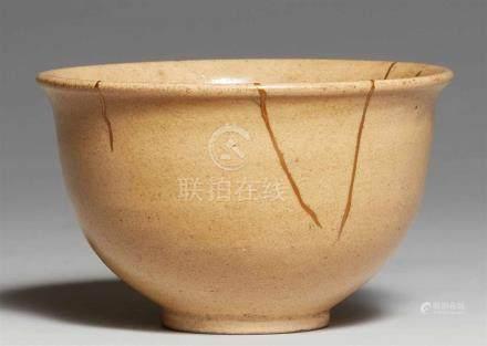 Chawan. Edo-ZeitAuf dünnem Fußring steil ansteigende Wandung mit auswärts gebogener Lippe.