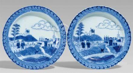 Zwei Teller mit holländischem Küstenmotiv. Arita. Frühes 18. Jh.In Unterglasurblau im Spiegel