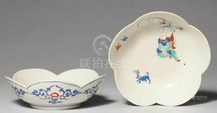 Zwei Schälchen. Arita. In der Art von Kakiemon. Edo-ZeitBlütenförmig. In Unterglasurblau, Eisenrot