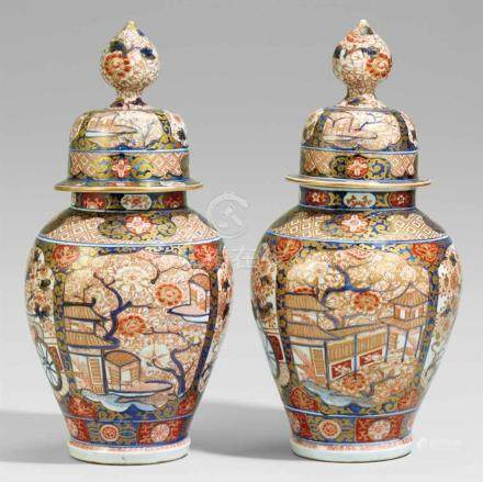Paar Imari-Deckelvasen. Arita. 19. Jh.In typischer Imari-Palette auf Vasen und Deckel jeweils vier