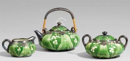 Teekanne, Zuckerdose und Milchkännchen. Frühes 20. Jh.Alle Teile von gedrungener Form, dekoriert