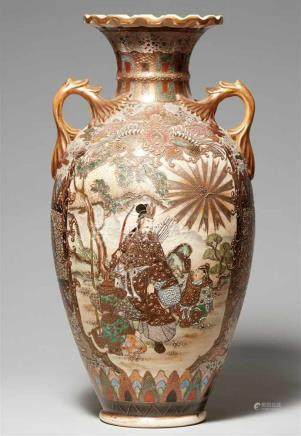 Große Satsuma-Vase. Kyoto. 2. Hälfte 19. Jh.Bodenmarke in dick aufgetragenem, grünem Email: Kinkôzan
