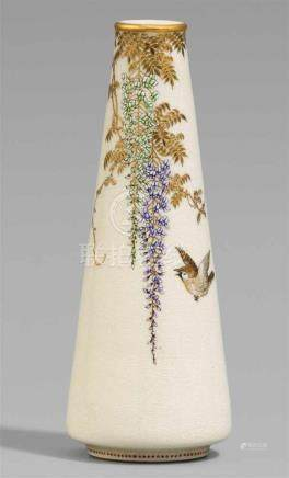 Schlanke Satsuma-Vase. Osaka. Um 1900Bodenmarke in Gold: Yabu MeizanNach oben sich verjüngend. In