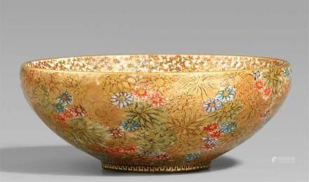 Satsuma-Schale. Wohl Kyoto. Frühes 20. Jh.Bodenmarke in Gold: FuzanIn Emailfarben und viel Gold
