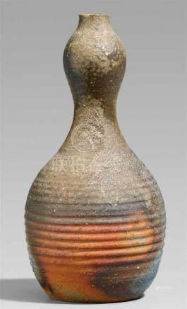 Vase. Bizen-Ware. Inbe. 2. Hälfte 20. Jh.In Form eines Doppelkürbisses mit horizontalen Rillen im