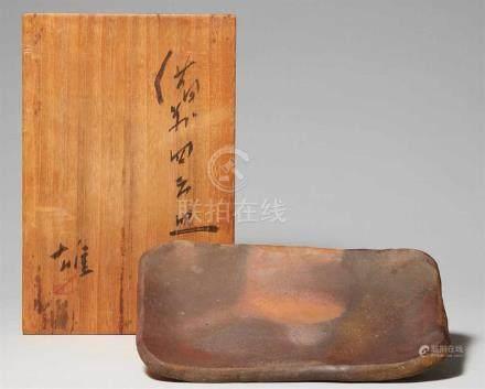 Rechteckige Platte. Bizen-Ware. Inbe. 20. Jh.Am Boden Ritzmarke von Fujiwara YûAbgerundete Ecken und