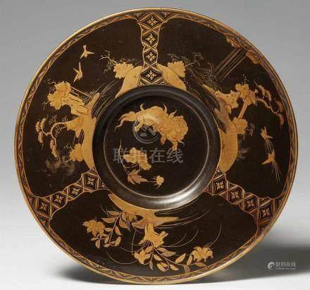 Unterteller. Holz, Schwarzlack und maki-e. Ca. 1680-1730Die runde Vertiefung in der Mitte mit