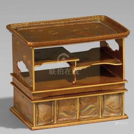"""Dose für süßes Gebäck. Holz und Lack. Spätes 19. Jh.In Form eines """"Bücherregals"""" (shodana), im"""