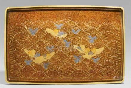 Großes Tablett für Kimono. Holz und Lack. 19. Jh. oder wenig späterMit vertikalem Rand und wenig