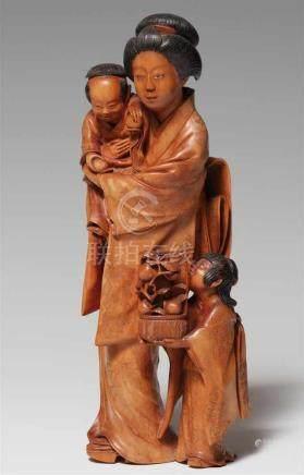 Großes okimono. Mutter mit zwei Kindern. Buchsbaum. Um 1900Der kleine Junge im Arm hält in jeder