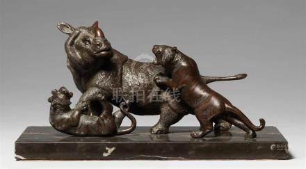 Nashorn und zwei Tiger. Bronze. Um 1900Gegossene Werkstattmarke: Seiya (in hiragana) seiDas