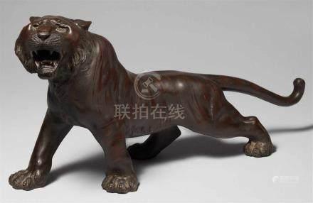 Brüllender Tiger. Bronze. Spätes 19. Jh.Gegossene Werkstattmarke: Seiya sakuSchreitend und mit
