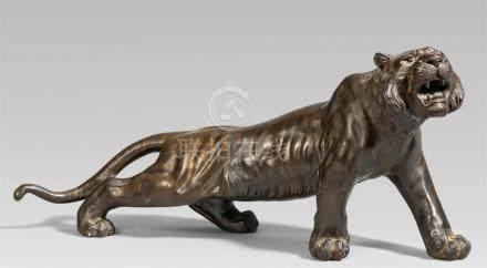 Schreitender Tiger. Bronze. Spätes 19. Jh.Gegossene Werkstattmarke: Seiya seiMit lang gestrecktem