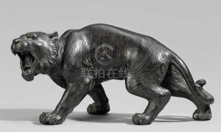 Brüllender Tiger. Bronze. Spätes 19. Jh.Werkstattmarke: Maruki sha chû seiIn Buckel machender