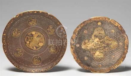 Zwei Komai-Teller. Eisen mit Goldtauschierung. Kyoto. Um 1900a) Im Spiegel ein Phönix-Medaillon,